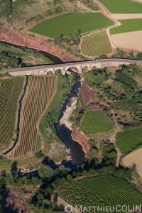 France, Hérault (34), Saont Martin, Cartelst la ruffe, roche rouge, rivière la Lergue (vue aérienne)//France, Herault (34), Saont Martin, Cartelst la ruffe, red rock, la Lergue river (aerial view)