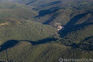 France, Hérault (34), Pézènes-les-Mines, village et chateau (vue aérienne)
