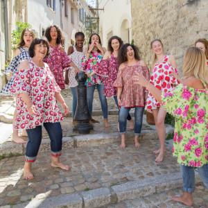 Collection 2020, l'été de Jeanne, En plein coeur d'Arles, une petite boutique de vêtements féminins, chaleureuse, conviviale, un brin comme chez soi. Pleine de jolies créations de prêt à porter, au quotidien, comme en vacances. Des couleurs lumineuses, gaies, des tenues originales, on ne peut plus féminines, décontractées, pour des filles bien dans leurs baskets.