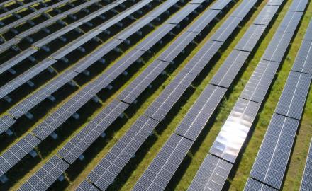 France, Hérault (34), Lézignan-la-Cèbe, centrale solaire photovoltaïque Urbasolar dans l'ancienne carrière de Nizas et Lézignan-la-Cèbe (vue aérienne)