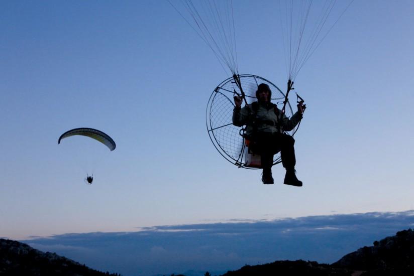 Pilote de parapente motorisé ou paramoteur