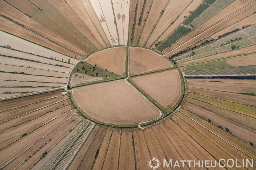 Ancien étang asséché au moyen-âge en forme de soleil ou d'étoile (vue aérienne)