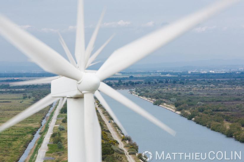 Canal de la compagnie nationale du Rhône, parc éolien de Fos-sur-mer, 850 kw, 25 éoliennes de 75m de haut, entretien par la société Vestas