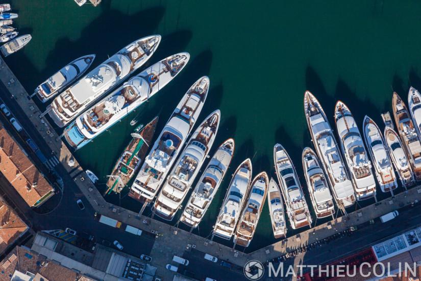 Village de Saint Tropez, le port, yacht de luxe  (vue aérienne)