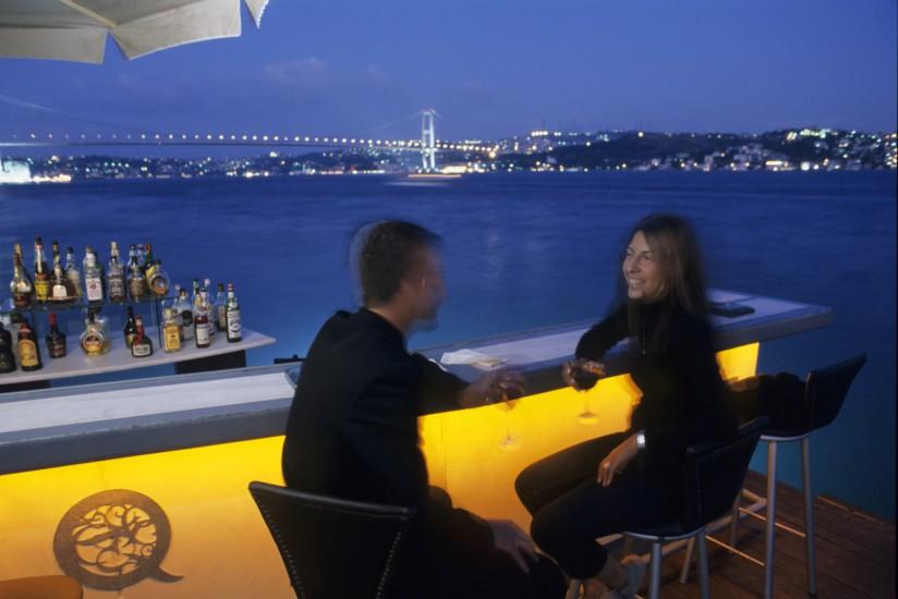 TURQUIE - Capitale européenne de la Culture en 2010 Week-end à Istanbul : c'est Byzance. Dès le printemps et jusqu'à la fin de l'automne, le paysage nocturne d'Istanbul prend des airs d'été. Bars, restaurants et discothèques s'installent en plein air pour profiter des belles nuits étoilées. (90 photos)  voir le reportage HD  sur Divergence-Images