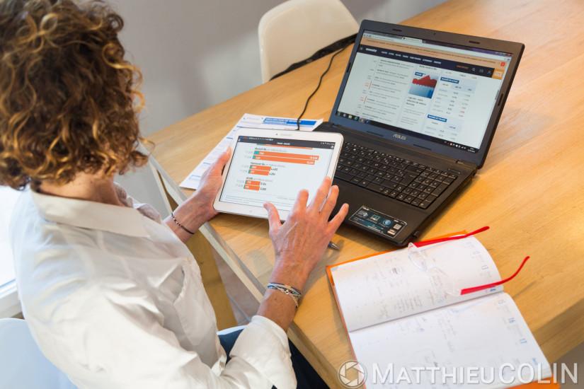 Femme cadre au bureau, ordinateur portable, téléphone, tablette, agenda