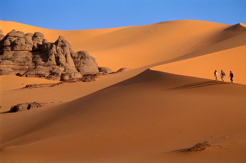 SAHARA ALGERIEN - Désert de roches et de sable - Les Touaregs du Tassili n'Ajjers. Le sud du désert algérien est désormais accessible en 3 heures d'avion. En un coup d'aile, vous voilà aux abords d'une des plus belles oasis saharienne, prêt à découvrir le désert des déserts. (180 photos) Voir le reportage sur Divergence-Images