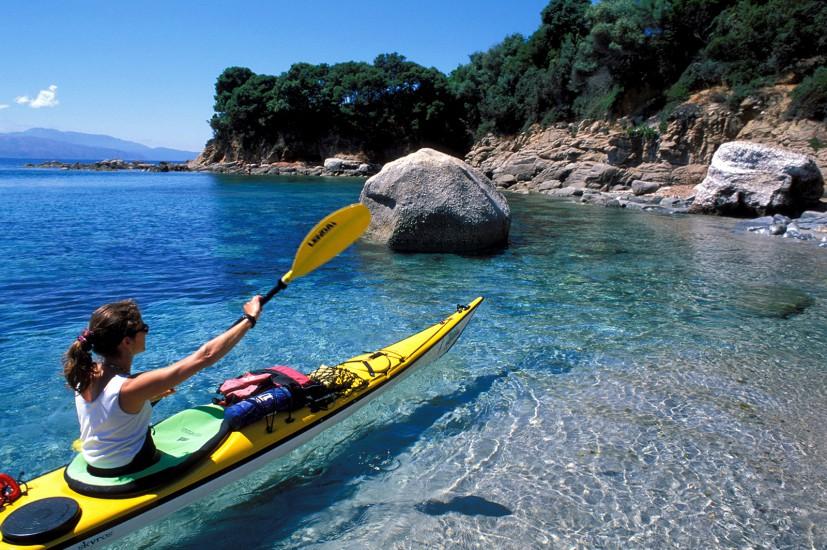 Balade en kayak au pied des falaises rougeoyantes des Calanche de Piana, pique nique sur des criques désertes et nuit en bivouac sur des plages de rêve (60 photos) Voir le reportage sur Divergence-Images