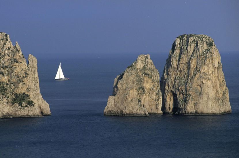 ITALIE  - Golfe de Naples - L'île de Capri. Sur la petite île du golfe de Naples, oubliez la voiture. La vie aux couleurs du sud de l'Italie s'y savoure en scooter, entre une halte à la pasticceria et un plongeon à la spiaggia. Vraiment, Capri n'est pas finie. (80 photos) Voir le reportage sur Divergence-Images