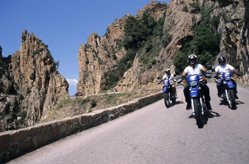 L'île de beauté en deux roues -  Easy rider sous le soleil de Corse, ça donne quoi ? Un cocktail plages et virages, pour faire crisser vos pneus, du Golfe d'Ajaccio aux calanques de Piana. Moteur… (100 photos)Voir le reportage sur Divergence-Images