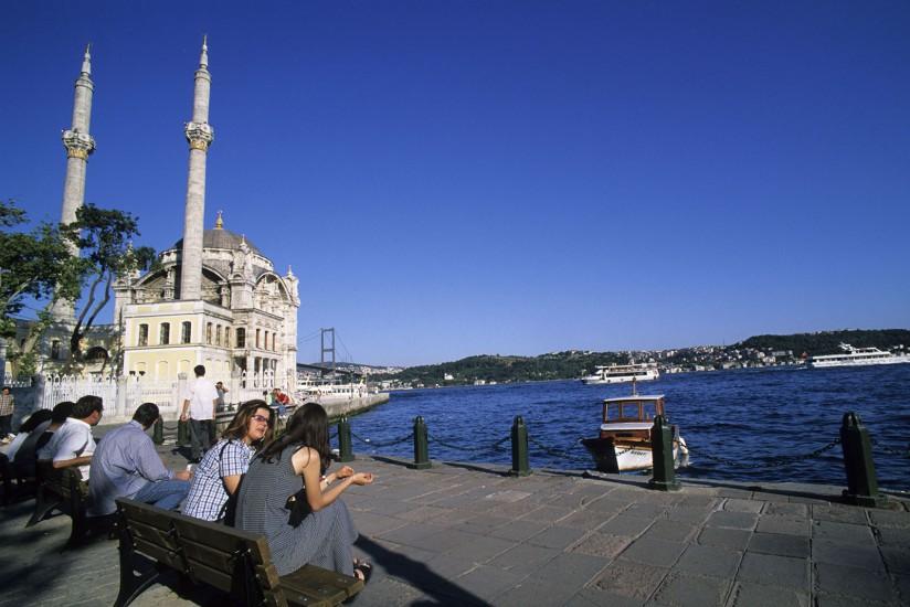 TURQUIE - Week-end à Istanbul : c'est Byzance. Dès le printemps et jusqu'à la fin de l'automne, le paysage nocturne d'Istanbul prend des airs d'été. Bars, restaurants et discothèques s'installent en plein air pour profiter des belles nuits étoilées. (90 photos) Voir le reportage sur Divergence-Images