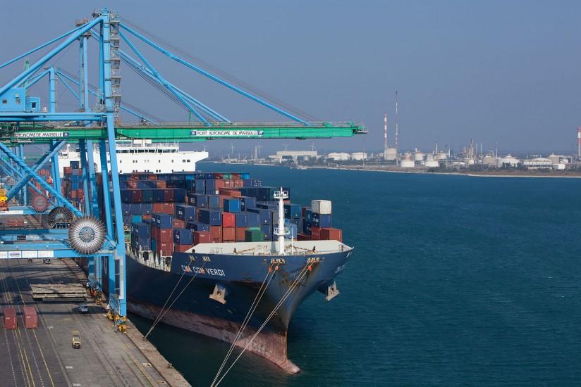 Chargement avec un portique de 45 m d'un bateaux de la GMA-CGM, le Verdi, long de 277 m et transportant 5782 conteneurs au terminal conteneur de Fos-sur-Mer. (30 photos)Voir le reportage sur Divergence-Images