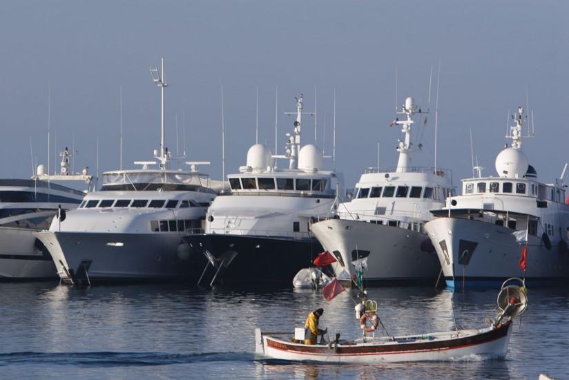 Cannes hors festival - Cannes, le vieux port, le Suquet, la Croisette, la baie et ses plages, ses yachts, ses voitures de sport, ses boutiques de luxe, ses boites branchées, les îles de Lérins, Sainte Marguerite et Saint Honorat. (75 photos) Voir le reportage sur Divergence-Images