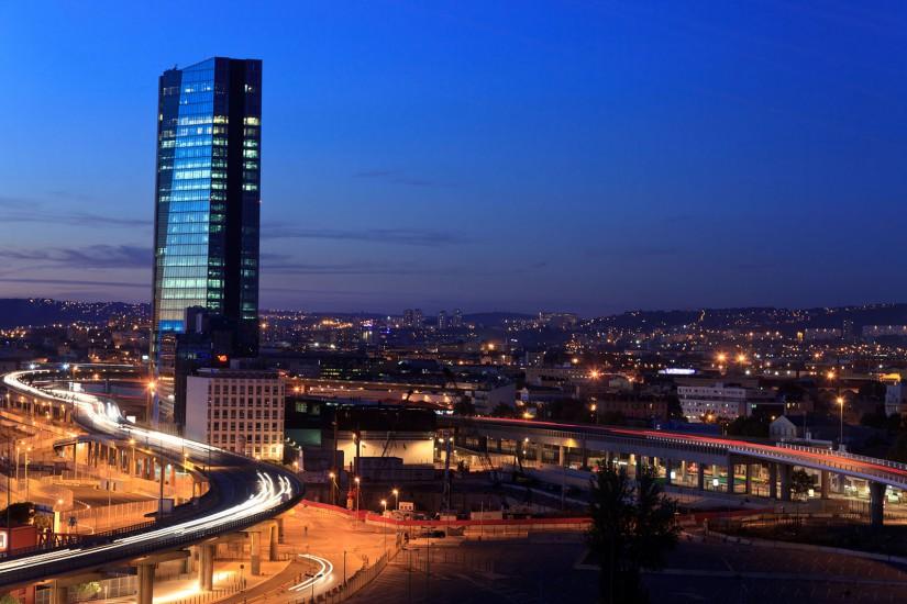 La plus haute tour de Marseille dans le quartier Euroméditerranée, la tour CMA-CGM de l'architecte Zaha Hadid. Le port et ses ferries. Voir le reportage sur Divergence-Images