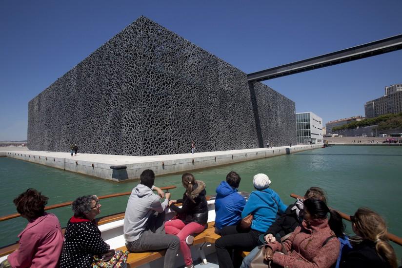 Le Musée des Civilisations de l'Europe et de la Méditerranée, de l'architecte Rudy Ricciotti, premier musée national à Marseille, capitale européenne de la Culture 2013. Ce cube en résille de béton de 15 000 m2 à l'entrée du port est le nouveau symbole de Marseille.Voir le reportage sur Divergence-Images