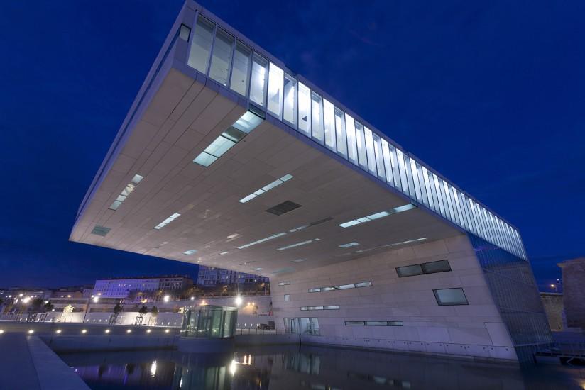 Le musée du Conseil Régional situé sur le J4 à côté du Mucem est un bâtiment de l'architecte italien Stefano Boeri. C'est le centre international pour le dialogue et les échanges en Méditerranée.Voir le reportage sur Divergence-Images