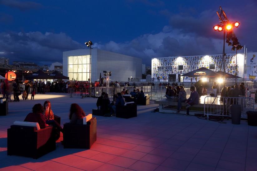 Cette ancienne manufacture de tabac est devenue le pôle culturel de Marseille. Un espace dédié aux expositions, acceuil d'artistes en résidence, salle de concert le Cabaret Alétoire, le toit-terrasse, les GrandesTables.Voir le reportage sur Divergence-Images