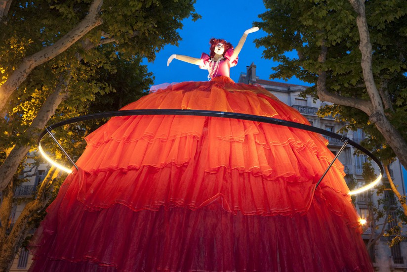 Dans le cadre de l'année capitale européenne de la Culture. La compagnie Transe Express avec ses divas en poupées géantes, ses musiciens acrobates et ses parades a conquis le public venu en masse sur la place de la Rotonde. Voir le reportage sur Divergence-Images