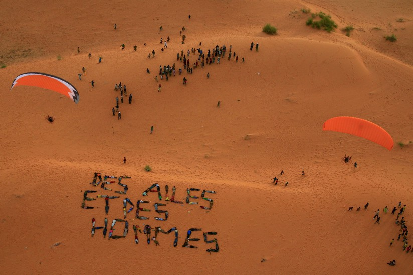 """AFRIQUE DE L'OUEST - Burkina Faso. Quatre pilotes de parapente motorisé survolent le pays. L'association """"Des ailes et des hommes"""" vient en aide aux habitants des villages survolés. Vues aériennes du Sahel, Oursi, Markoye et de la région de Banfora (69 photos)  Voir le reportage sur Divergence-Images"""