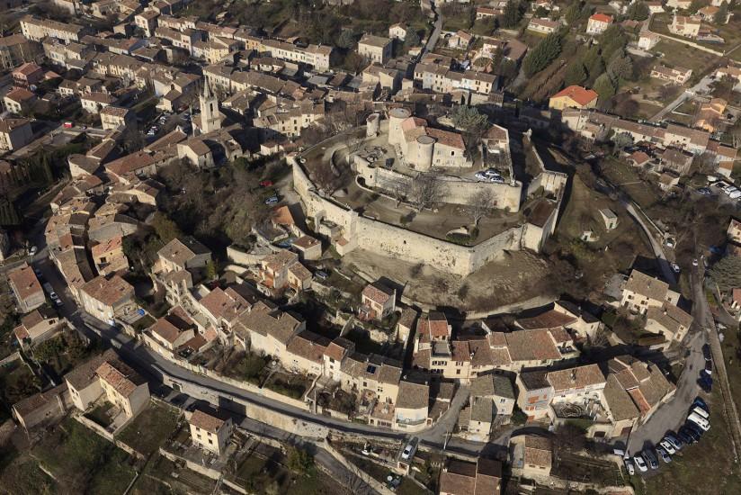 FRANCE - Paca - Alpes-de-Haute-Provence - Le Pays de Forcalquier. Vues aériennes de la partie Est du parc régional du Luberon. Forcalquier, Mane, Lurs, les dômes des téléscopes de Saint-Michel-l'Observatoire et le centre départemental d'astronomie. Voir le reportage sur Divergence-Images