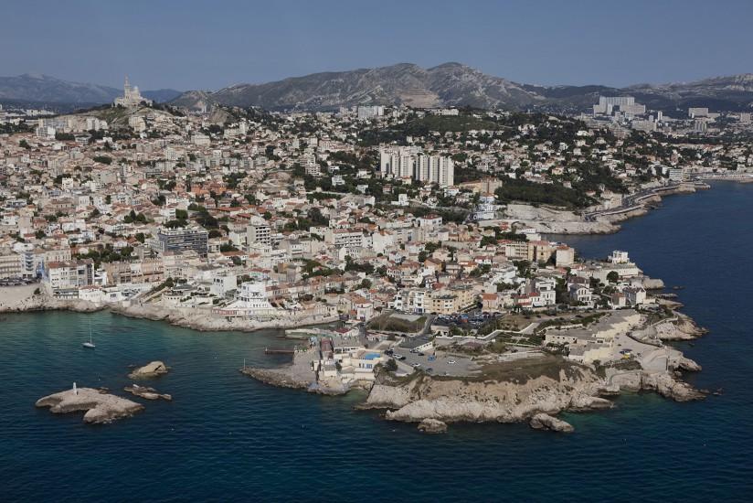 FRANCE - Provence - Vues aériennes de Marseille. Survol en hélicoptère du Vieux Port, la tour CMA-CGM, la Corniche, le Roucas Blanc, les plages du Prado et de la Pointe Rouge, l'archipel du Frioul et l'Estaque. Voir le reportage sur Divergence-Images
