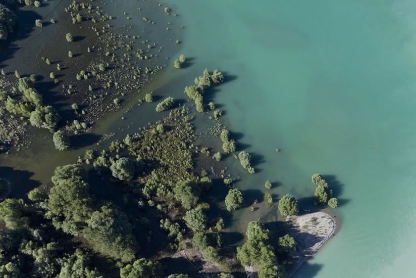 FRANCE - Provence - Lac de Serre-Ponçon. Vues aériennes du lac de Serre Ponçon, barrage en remblais sur la Durance et l'Ubaye, entre les Hautes-Alpes et les Alpes-de-Haute-Provence. Embrun, Chorges, Baie Saint Michel, Savines-le-Lac (77 photos).  Voir le reportage sur Divergence-Images