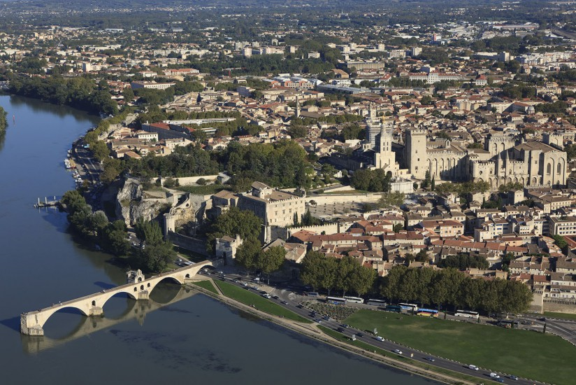 FRANCE - Provence - Vaucluse - Le Grand Avignon. Vues aériennes de l'agglomération d'Avignon. Le centre historique, le Rhône et la Durance, la gare TGV, l'autoroute A7 et la Leo, les zones d'activité commerciale, zone industrielle, Le Pontet, Vedène, l'aéroport régional d'Avignon-Caumont (157 photos). Voir le reportage sur Divergence-Images