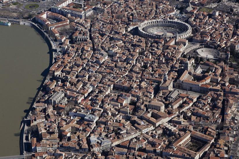 FRANCE - Provence - Bouches-du-Rhône - Le pays d'Arles. Vues aériennes de la ville d'Arles et de ses environs. Fontvieille et l'abbaye de Montmajour. (67 photos) Voir le reportage sur Divergence-Images