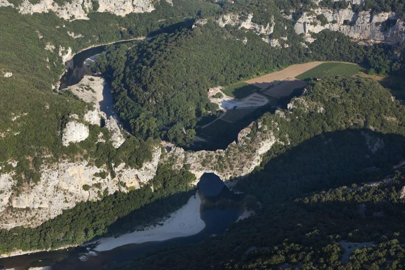 Vue aerienne des gorges de l'Ardeche et de la grotte Chauvet