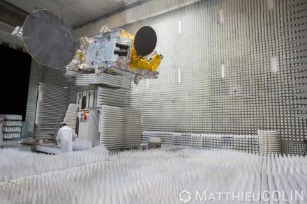 Intégration de satellite civil et militaire de télécoms et d'observation radar et optique, salle propre ou salle blanche ISO 8, chambre anéchoïque ou chambre sourde pour essais d'émission et réception