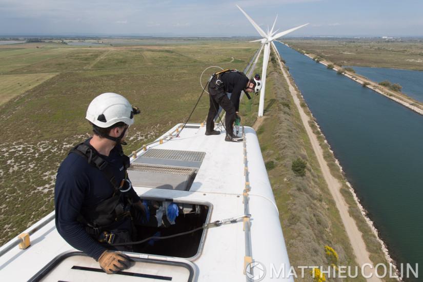 Parc éolien de Fos-sur-mer, 850 kw, 25 éoliennes de 75m de haut, entretien par la société Vestas d'une éolienne, techniciens sur la nacelle pour l'entretien