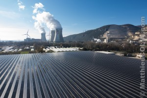 France, Ardèche (07), Curas, centrale solaire photovoltaïque Cap Vert Energie sur des serres agricoles au pied de la centrale nucléaire de Cruas-Meysse et ses deux éoliennes (vue aérienne)