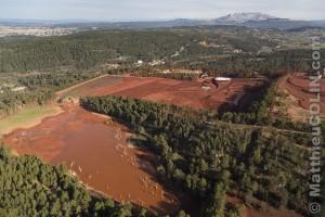 France, Bouches-du-Rhone (13), Gardanne, site de Mange-Garri à Bouc-Bel-Air où sont traités les résidus de bauxite avec deux filtres-presses de l'usine Alteo de production d'alumine calcinee à partir de bauxite, couleur ocre, importée de Guinée. dont les effluents liquides chargés de soudes et métaux lourds sont rejetées dans le Parc National des Calanques de Marseille, ville d'Aix-en-Provence et montagne Sainte Victoire en arrière plan (vue aérienne)