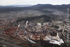 France, Bouches-du-Rhone (13), Gardanne, usine Alteo de production d'alumine calcinee à partir de bauxite, couleur ocre, importée de Guinée. dont les effluents liquides chargés de soudes et métaux lourds sont rejetées dans le Parc National des Calanques de Marseille (vue aérienne)