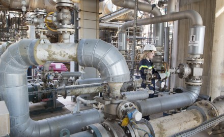 France, Bouches-du-Rhône (13), Martigues, site pétrochimique de Lavéra, raffinerie Petroineos qui alimente le  vapocraqueur de Naphtachimie, filliale de Total et Ineos.
