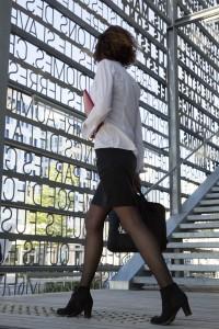 France, Bouches-du-Rhône (13),  Marseille, quartier d'affaire euroméditerranée, La Joliette, femme cadre sortant du bureau
