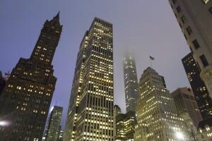 Etats-Unis, New York, Manhattan,  Midtown Manhattan, 432 Park Avenue, gratte-ciel résidentiel du CIM Group, 420 mètres de haut pour 127 appartements, dans la brume de nuit