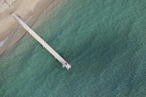 France, Var (83), presqu'ile de Saint-Tropez, commune de Ramatuelle, plages de Pampelonne, ponton et eau turquoise (vue aerienne)