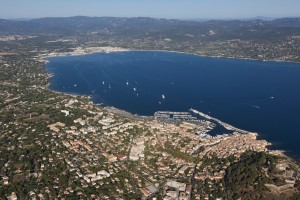 France, Var (83), Golfe de Saint Tropez, Prequ'île de Saint Tropez, village de Saint Tropez, le port, yacht de luxe  (vue aérienne)