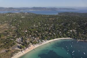 France, Var (83), presqu'ile de Saint-Tropez, commune de Ramatuelle, plages de Pampelonne, villas avec piscine et vue mer de la Capilla ou Capon (vue aerienne)