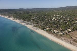 France, Var (83), presqu'ile de Saint-Tropez, commune de Ramatuelle, plages de Pampelonne, villas avec piscine (vue aerienne)