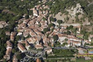 France, Var (83), golfe de Saint-Tropez, village de Grimaud, château (vue aérienne)