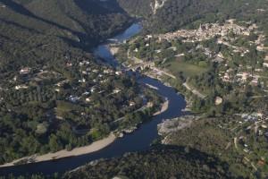 France, Gard (30), village de Collias et les gorges du Gardon (vue aérienne)