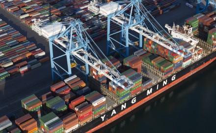 france, Bouches-du-Rhône (13),Fos-sur-Mer,  Grand port maritime de Marseille  ou GPMM, anciennement Port autonome de Marseille ou PAM, Bassins ouest, terminal conteneurs 2XL et 3XL, bateau ou navire porte-conteneur Yang Ming  (vue aérienne)