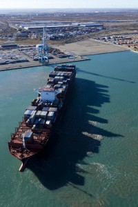 France, Bouches-du-Rhone (13), Fos-sur-Mer, Grand POrt Maritime de Marseille ou GPMM, terminal conteneur 2XL 3XL et navire ou cargo porte-conteneur (vue aerienne)