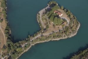 France, Bouches-du-Rhône (13),  Peyrolles en Provence, presqu'île de Réal Plantain (vue aérienne)