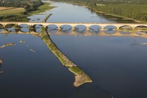 France, Maine-et-Loire (49), Chalonnes-sur-Loire, Val de Loire classé au Patrimoine mondial de l'Unesco, pont, île (vue aérienne)