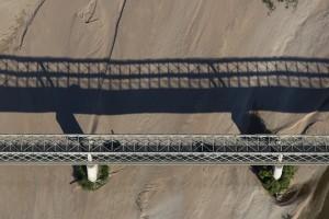 France, Maine-et-Loire (49), Varennes-sur-Loire, pont routier D952a sur une île de la Loire  (vue aérienne)