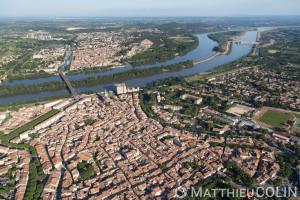 France, Bouches-du-Rhône (13), Tarascon, le Rhône et en arrrière plan Beaucaire (vue aérienne)