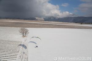 France, Alpes-de-Haute-Provence (04), Sainte Croix du Verdon,  parc naturel régional du Verdon, plateau de Valensole au bord du lac de Sainte-Croix sous la neige, parapente motorisé ou paramoteur (vue aérienne)